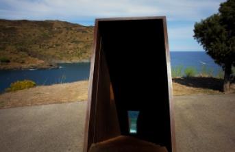 Simples e profundo, o antimonumento em homenagem a Benjamin. Foto: Fabrício de Paula.