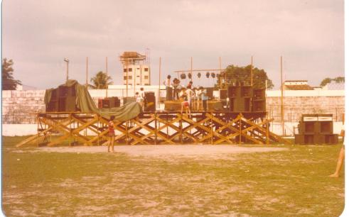 Membros so Stress ajudaram a construir o palco no estádio da Curuzú. Foto: Arquivo pessoal/Roosevelt Bala